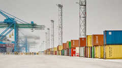 There are many shipping companies available in Dubai
