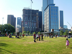 Lifestyle in Houston - enjoying Discovery Green